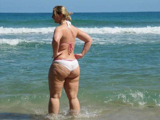 ёбаная жирная корова на пляже