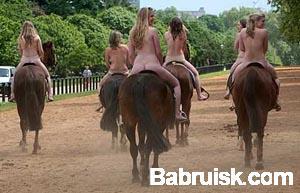 девки на лошадях. в лондоне!