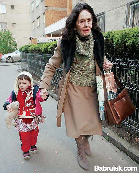70-летняя мама и ее трехлетняя дочь