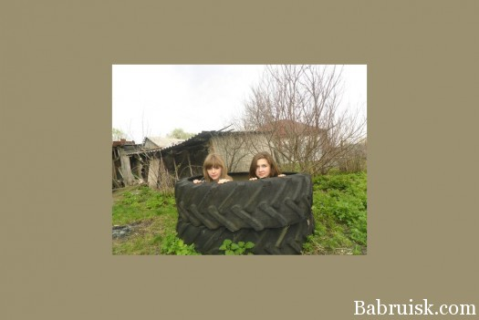 Две девушки в шине