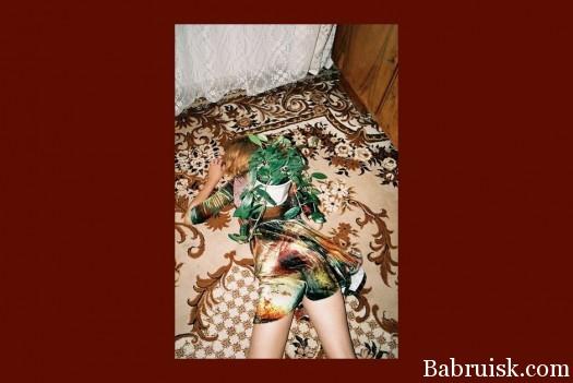 Пьяная девушка лежит на ковре