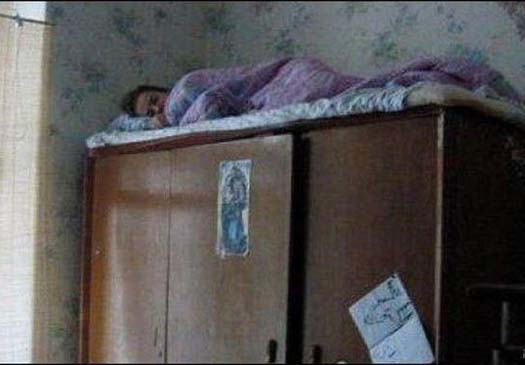 спать на шкафу