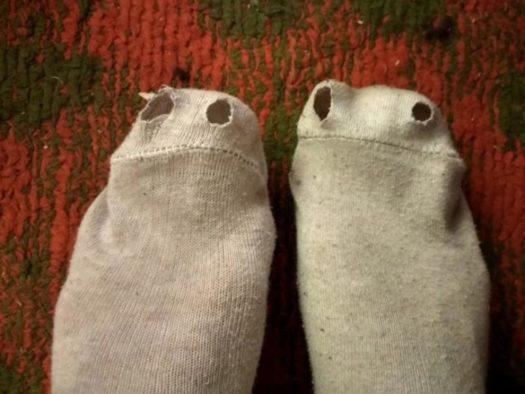 дырявые носки, заебали блять нахуй хуйню производить, рвутся сука постоянно, ебаный рот