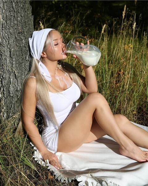 телочка пьет молоко