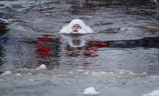 дед мороз плывет